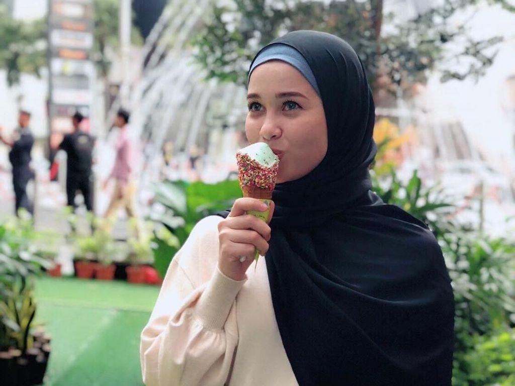 Wanita berdarah Malaysia-Skotlandia ini terlihat asyik menyantap makan es krim. Foto: Instagram @emma_maembongofficial
