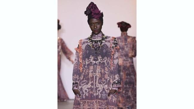 Koleksi tribal Itang Yunasz ini dibuat dengan bahan kain tenun Sumba. (Yuchen Liao/Getty Images for Indonesian Diversity/AFP)