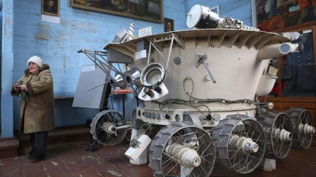 Salah satu benda penjelajahan luar angkasa yang dipajang di Gereja Saint Paraskeva. (AFP Photo/Aleksey Filippov)