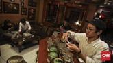 Di lantai dua terdapat meja barista yang menyajikan berbagai kopi, di tempat yang sama pengunjung juga dapat melinting dan menikmati tembakau secara langsung. (CNN Indonesia/ Hesti Rika)