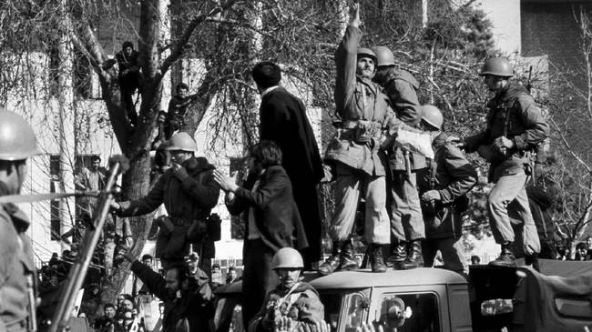 Sebagian tentara Kekaisaran Iran memilih membelot dan bergabung dengan gelombang revolusi. (Photo by Kaius Hedenstrˆm / EPU / AFP)