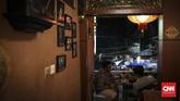 Toko tembakau dengan konsep seperti Mukti Cafe merupakan satu2 nya di Semarang, tak heran banyak warga lokal maupun wisatawan dari berbagai daerah hingga wisatan asing datang berkunjung. (CNN Indonesia/ Hesti Rika)