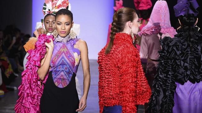 Alleira batik mewakili Indonesia denganmenghadirkan koleksibusana yang kaya warna (Yuchen Liao/Getty Images for Indonesian Diversity/AFP