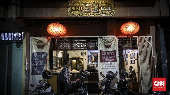 Didekat gerbang Pecinan Semarang terdapat kafe unik yang menyajikan sesuatu yang berbeda, sebuah kafe yang tidak hanya menyajikan kopi tapi juga beragam jenis tembakau dari seluruh nusantara. (CNN Indonesia/ Hesti Rika)