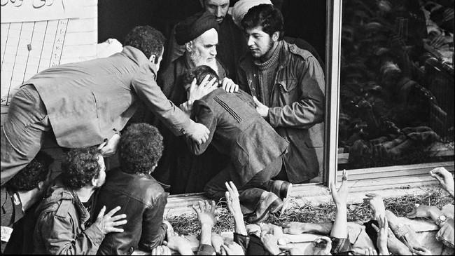 Ayatollah Khomeini baru bisa kembali ke Iran ketika revolusi meletus pada 1979. (Photo by GABRIEL DUVAL / AFP)