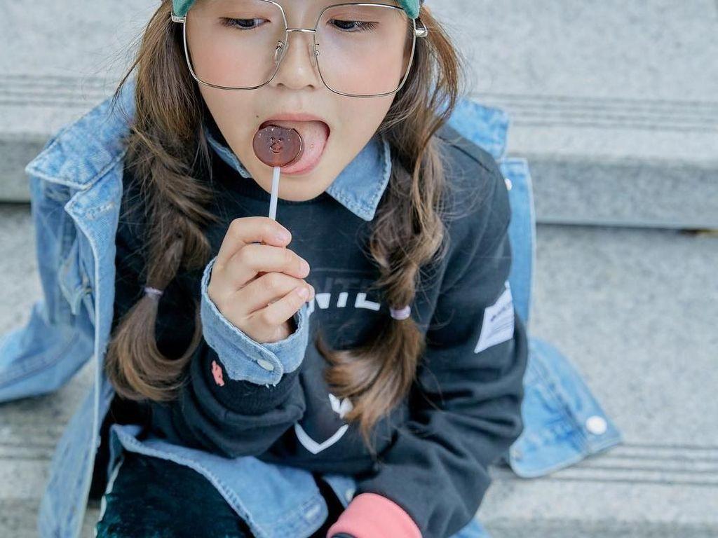 Berbagai tampilan OOTD kerap dipamerkan Ha-eun di Instagramnya. Makin kece saat ia pemotretan sambil makan permen. Foto: Instagram haeun_0425