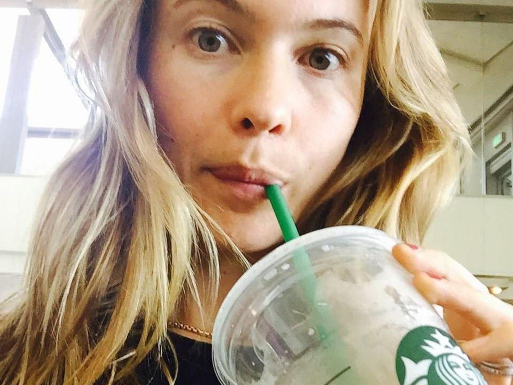 Slurpp! Behati cukup sering mengunggah fotonya sedang menikmati minuman. Ternyata ia senang minum green tea di bandara saat hendak bepergian. Foto: Instagram behatiprinsloo