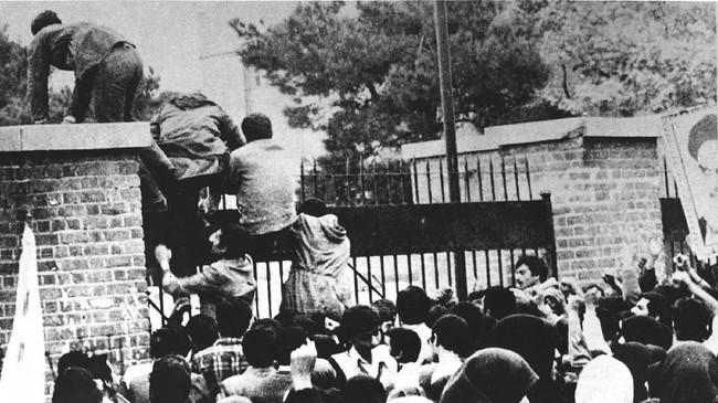 Pendukung revolusi Iran juga menyerbu kedutaan besar AS di Tehran pada 4 November 1979. Kini gedung itu menjadi markas Garda Revolusi Iran. (Photo by STR / IRNA / AFP)