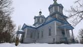 Pemandangan Gereja Saint Paraskeva di Pereyaslav-Khemlnytsky, kota kecil yang berjarak sekitar 80 kilometer dari Kiev, Ukraina. Gereja yang dibangun dari kayu ini merupakan satu dari banyak gereja di Ukraina yang sempat dihancurkan oleh Uni Soviet dalam kampanye anti agamanya. (AFP Photo/Aleksey Filippov)