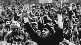 Pendukung fanatik Ayatollah Khomeini membentuk milisi yang menjadi dasar Pasukan Garda Revolusi. (Photo by - / AFP)