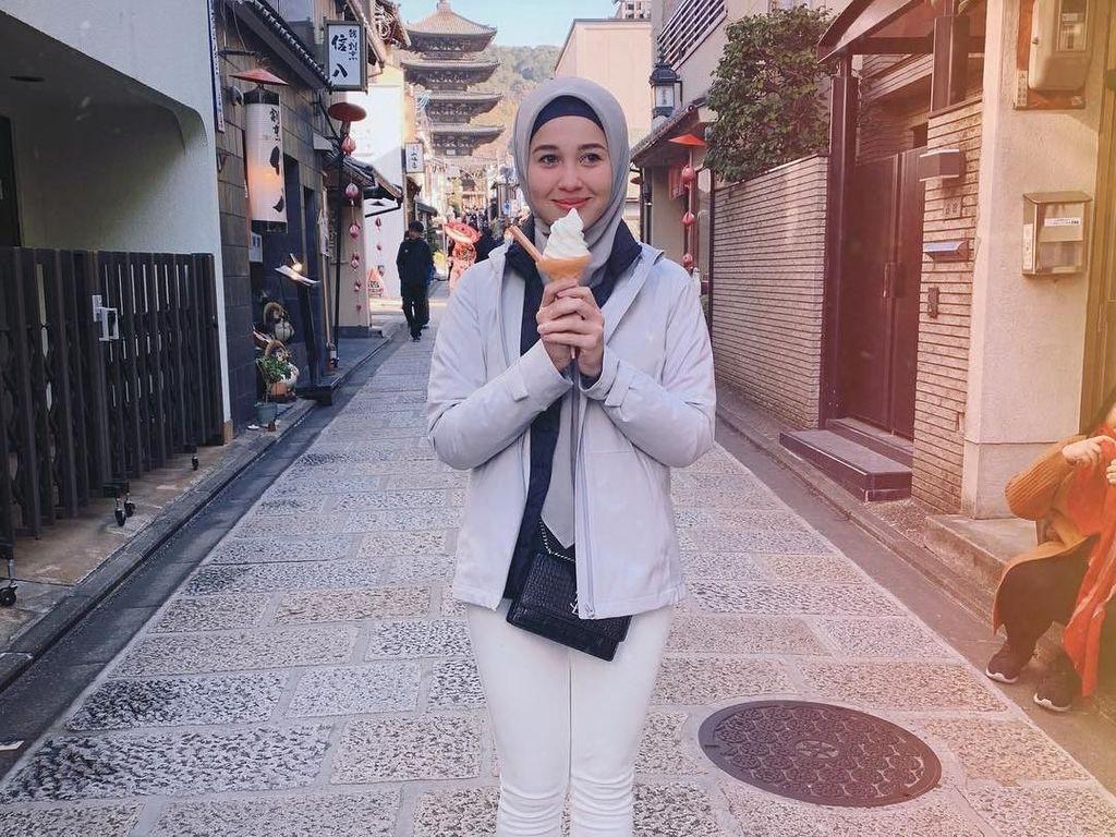 Wanita 27 tahun ini ternyata hobi kulineran. Ini adalah foto Emma saat sedang travelling ke Jepang dan cicip es krim lembut. Foto: Instagram @emma_maembongofficial