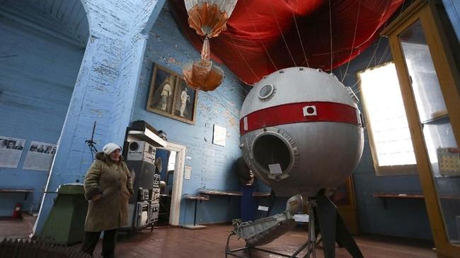 Pemuka agama di Pereyaslav-Khemlnytsky mengatakan kalau kepercayaan terhadap ilmu pengetahuan seharusnya bisa bersanding dengan kepercayaan terhadap Tuhan, bukan saling menjatuhkan satu sama lain. (AFP Photo/Aleksey Filippov)