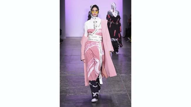 Koleksi Dian Pelangi sendiri banyak didominasi dengan sentuhan warna pink lembut dan aksesori bertulisan namanya. (Yuchen Liao/Getty Images for Indonesian Diversity/AFP)
