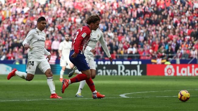 Atletico Madrid kemudian menyamakan kedudukan lewat gol Antoine Griezmann pada menit ke-25. Gol tersebut juga berbau kontroversi karena Angel Correa melanggar Vinicius sebelum Griezmann mencetak gol. (REUTERS/Sergio Perez)