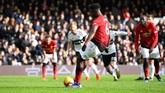Paul Pogba memperbesar keunggulan Man United atas Fulham di menit ke-65 lewat titik penalti. Penalti diberikan setelah Juan Mata dilanggar pemain Fulham. (REUTERS/Dylan Martinez)