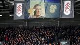 Pertandingan Fulham vs Manchester United di Craven Cottage diawali dengan penghormatan kepada Emiliano Sala yang tewas di Selat Inggris saat dalam perjalanan dari Nantes menuju Cardiff, Senin (21/1). (REUTERS/Dylan Martinez)