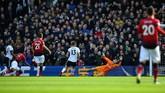 Winger Anthony Martial menambah keunggulan Setan Merah menjadi 2-0 atas Fulham berkat golnya pada menit ke-23. Dalam laga itu Martial tampil selama 70 menit sebelum digantikan Alexis Sanchez. (REUTERS/Dylan Martinez)