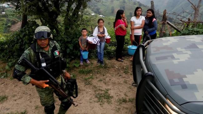Wilayah Meksiko ini menanam opium secara ilegal. Namun, para petani opium ini terjerat mafia yang memangkas harga opium hingga tinggal seperlima dari harga rata-rata dua tahun lalu. (REUTERS/Carlos Jasso).