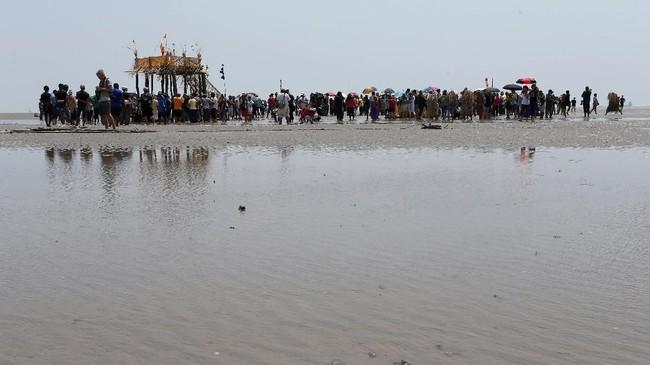 Dalam acara ini biasanya nelayan dan petani akan melepas penat selepas aktivitas harian mereka.