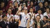 Pebalap MotoGP Marc Marquez melambaikan tangan kepada penggemarnya saat berkunjung di Saung Angklung Udjo. Marquez hadir di Bandung setelah menjalani tes pramusim MotoGP 2019 di Sepang, Malaysia. (ANTARA FOTO/M Agung Rajasa)