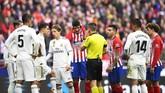 Kontroversi kembali terjadi pada menit ke-57 ketika gol Atletico Madrid Alvaro Morata dianulir wasit Xavier Estrada karena offside setelah melihat VAR. (GABRIEL BOUYS / AFP)