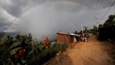 Seorang tentara melambaikan tangan ke penduduk setempat di dekat daerah tempat tentara menemukan perkebunan opium ilegal di Sierra Madre del Sur, di negara bagian selatan Guerrero, Meksiko. (REUTERS/Carlos Jasso).