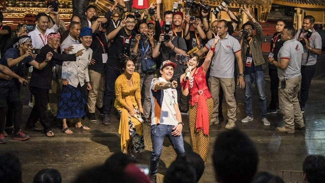 Pebalap MotoGP Marc Marquez melakukanselfiedalam kunjungandi Saung Angklung Udjo, Bandung, Jawa Barat, Minggu (10/2). (ANTARA FOTO/M Agung Rajasa)