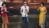 Marc Marquez (tengah) bernyanyi menghibur penggemar di Saung Angklung Udjo. Marquez juga sempat joget ketika penyanyi membawakan lagu Despacito. (ANTARA FOTO/M Agung Rajasa)