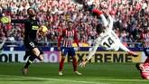 Laga berjalan 16 menit Real Madrid berhasil unggul lewat gol salto Casemiro. Gol tersebut sempat menjadi polemik karena wasitXavier Estrada sempat meminta tendangan sepak pojok diulang meski tidak ada pelanggaran. (REUTERS/Susana Vera)