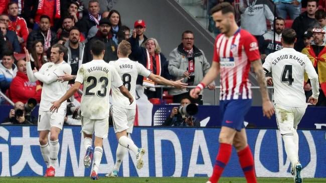 Kemenangan atas Atletico Madrid membuat Real Madrid naik ke posisi dua klasemen Liga Spanyol, terpaut lima poin dari Barcelona di puncak klasemen. (REUTERS/Susana Vera)
