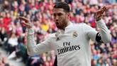 Kapten Real Madrid Sergio Ramos merayakan gol ke gawang Atletico Madrid. Skor 2-1 untuk Madrid bertahan hingga jeda babak pertama. (REUTERS/Susana Vera)
