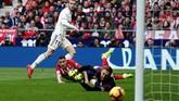 Real Madrid akhirnya memastikan kemenangan 3-1 lewat gol Gareth Bale pada menit ke-74. Ini adalah gol ke-100 Bale bersama Madrid di semua kompetisi. (REUTERS/Sergio Perez)