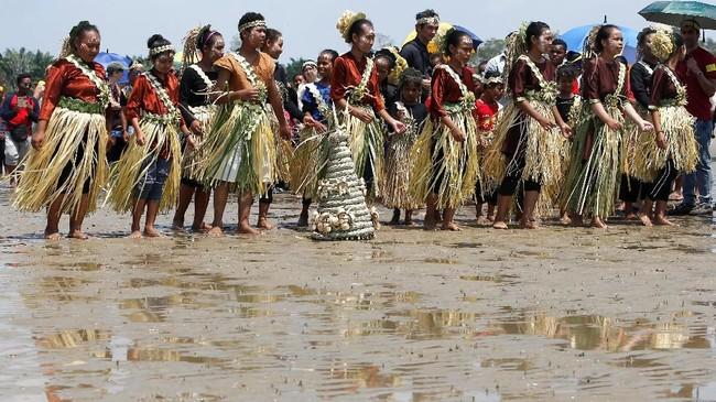 Hal ini dilakukan karena warga percaya jika persembahan ini bisa dilakukan untuk menenangkan hantu laut dan menolak bala agar tidak membahayakan para nelayan.