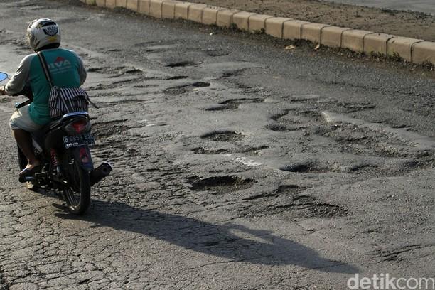 Jalan Berlubang di Pantura Masih Hantui Pengendara