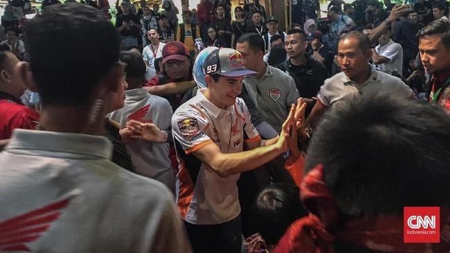 Juara dunia MotoGP Marc Marquez mendapat sambutan meriah ketika tiba di Saung Angklung Udjo, Bandung, Minggu (10/2). (CNN Indonesia/Rayhand Purnama)