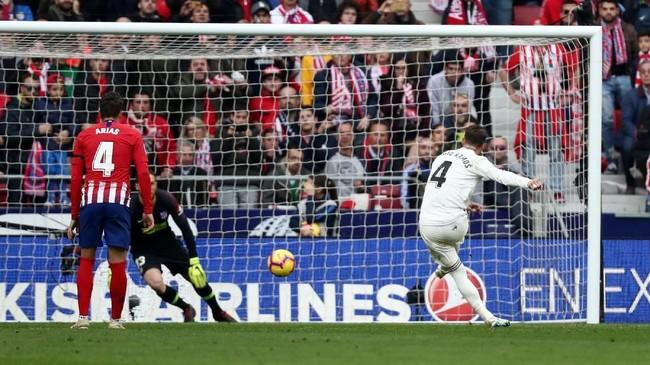 Kapten Real Madrid Sergio Ramos mencetak gol penalti ke gawang kiper Atletico Madrid Jan Oblak dan membawa tim tamu unggul 2-1. (REUTERS/Sergio Perez)