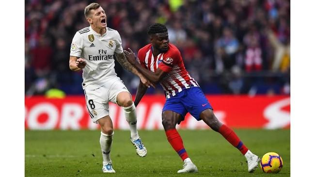 Atletico Madrid kemudian kehilangan gelandang Thomas yang mendapat kartu kuning kedua pada menit ke-80 karena menginjak kaki Toni Kroos. (Photo by GABRIEL BOUYS / AFP)