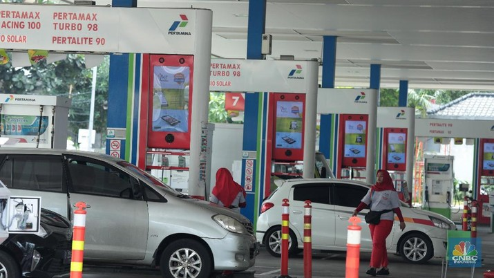Pengendara mengisi BBM di Salah satu SPBU, Kuningan, Jakarta, Minggu (10/2). (CNBC Indonesia/Muhammad Sabki)