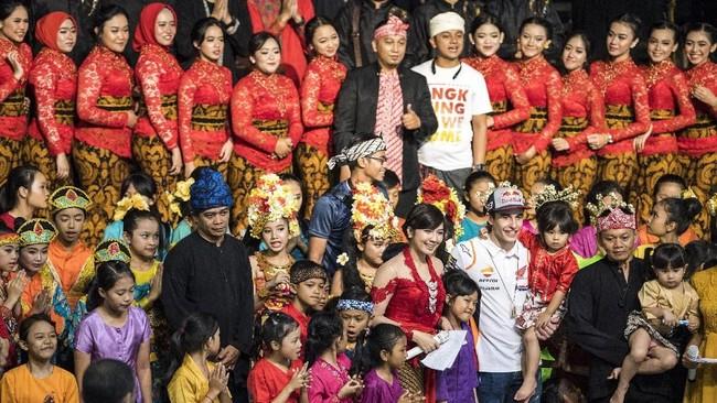Marc Marquez (tengah) berfotobersama pegiat budaya di Saung Angklung Udjo, Bandung. Marquez selanjutnya akan tampil pada tes pramusim MotoGP 2019 di Sirkuit Losail, akhir Februari 2019. (ANTARA FOTO/M Agung Rajasa)