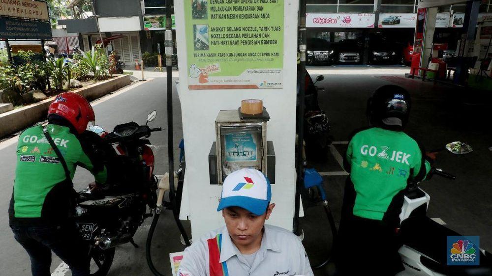 Pengendara mengisi bahan bakar minyak (BBM) di salah satu SPBU di Kuningan, Jakarta, Minggu (10/2/2019). (CNBC Indonesia/Muhammad Sabki)
