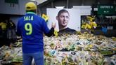 Seorang fan memberi penghormatan terakhir pada Emiliano Sala yang meninggal di Selat Inggris setelah pesawat yang ditumpangi jatuh ke dasar laut. (REUTERS/Stephane Mahe)