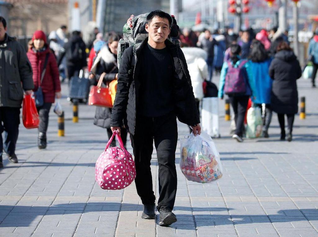 Penampakan seorang warga China pasca libur Tahun Baru Imlek. REUTERS/Jason Lee.