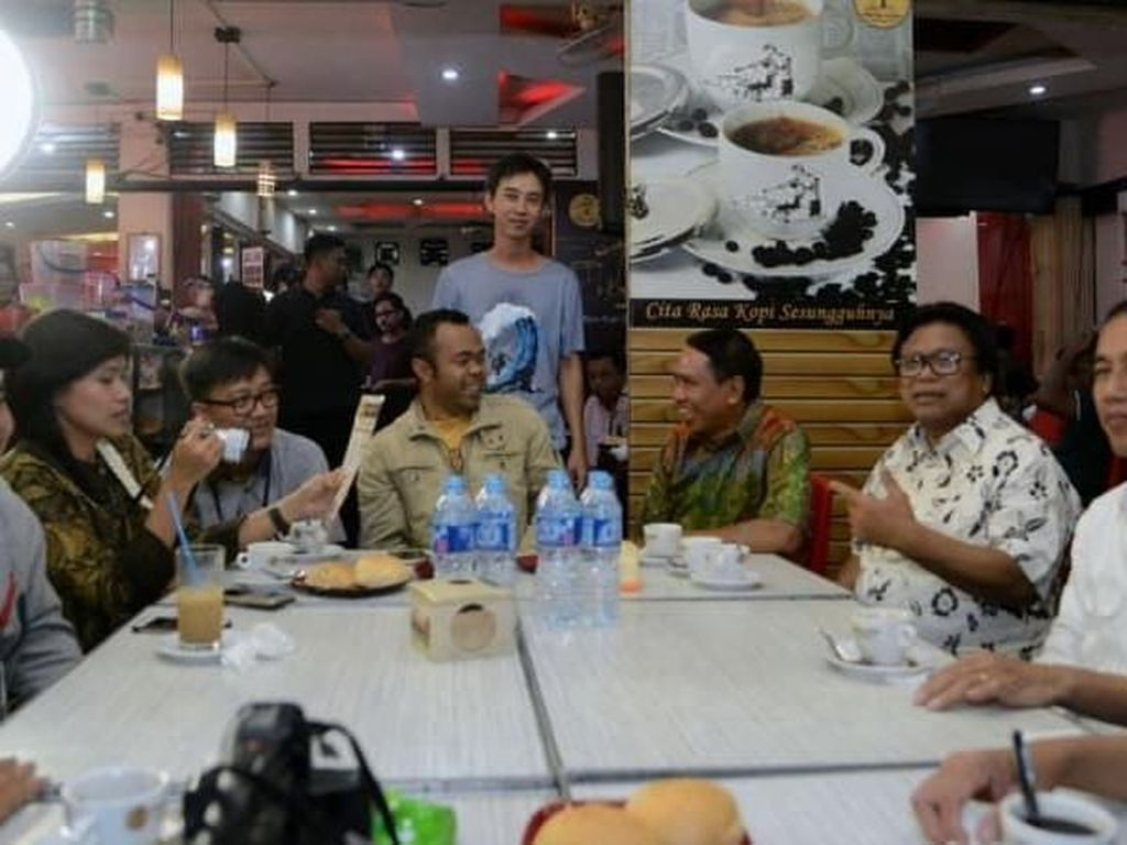 Pada akhir tahun 2017, Jokowi menyesap secangkir kopi susu hangat seharga Rp 9.000 milik kedai Kopi Aming di Pontianak. Kopi Aming masuk ke dalam jajaran warung kopi populer yang sudah ada sejak tahun 1970. Foto: Biro Pers Setpres