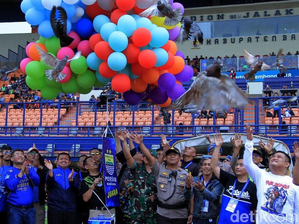 Sebelum laga dimulai, ratusan balon dan merpati diterbangkan di Stadion Si Jalak Harupat, Bandung, Senin (11/2/2019).