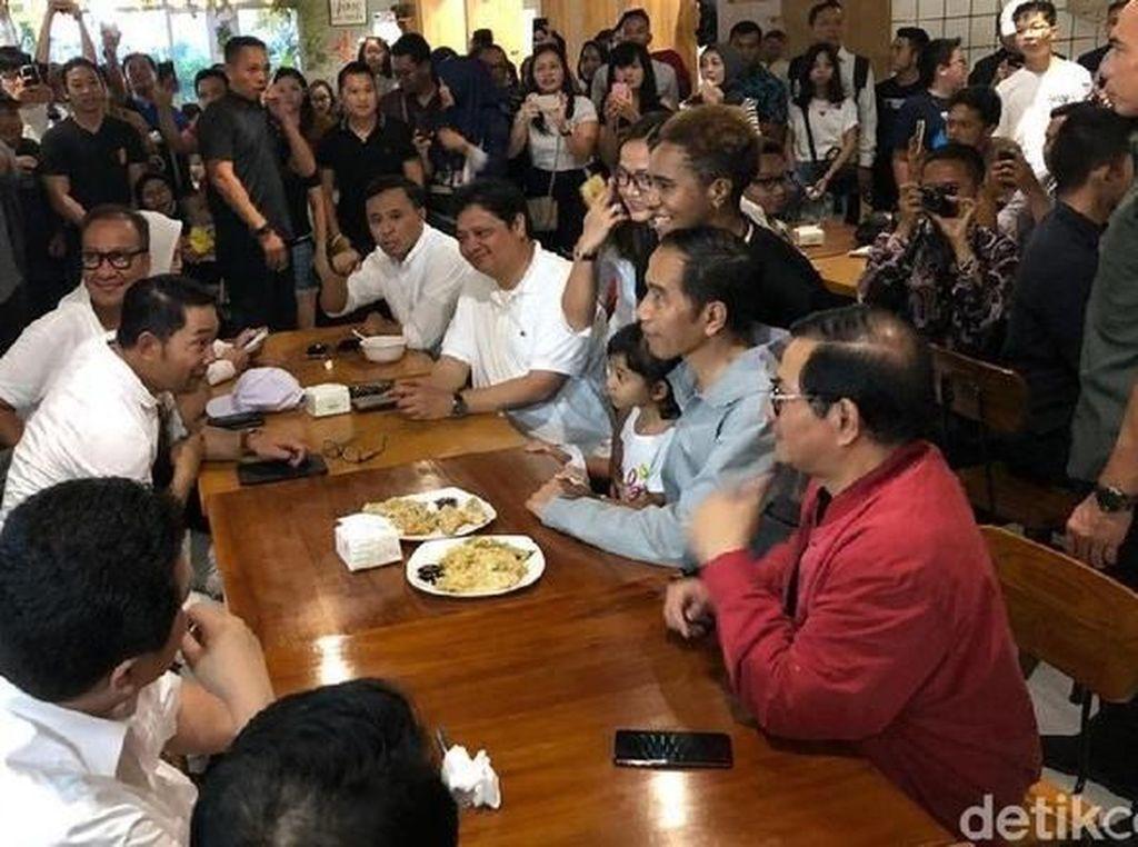 Pada 10 November lalu, Presiden Joko Widodo berkunjung ke Mal Paskal Hyper Square, Bandung. Di sana, Jokowi menyesap secangkir kopi hangat dengan tempe mendoan dan tahu goreng. Foto: detikcom