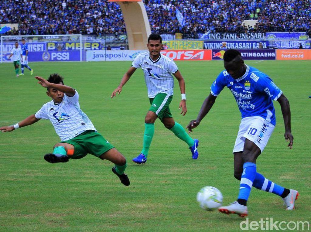 Di menit k-16 NDouassel akhirnya benar-benar mencetak gol. Tak tanggung-tanggung, gol kedua dan keempat Persib pun berasal dari pemain asal Chad ini.