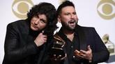 Memenangkan kategori Best Country Duo/Group Performance atas lagu 'Tequilla', duo Dan dan Shay berpose dengan piala Grammy di balik panggung. (REUTERS/Mario Anzuoni)