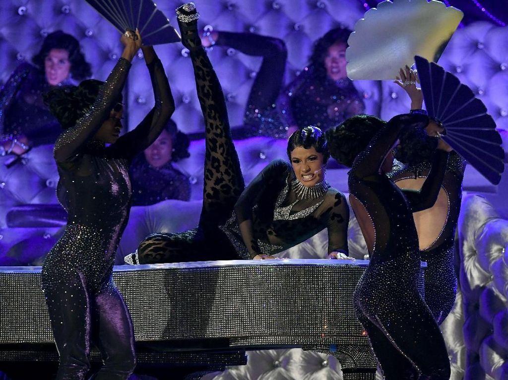 Cardi B beraksi panas di panggung Grammy. Salah satunya melakukan twerking di atas piano. Foto: Kevork Djansezian/Getty Images