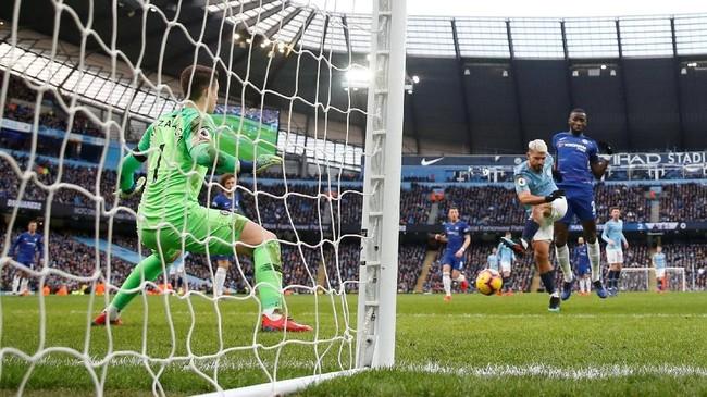 Aguero menghukum Chelsea dengan sebuah penyelesaian akhir jarak dekat usai Ross Barkley yang bermaksud menghalau bola justru membuat bola mendekati gawang. (Action Images via Reuters/Carl Recine)