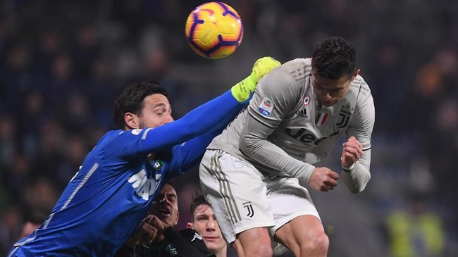 Cristiano Ronaldo menggandakan keunggulan Juventus pada menit ke-70 melalui sundulan menyambut umpan sepak pojok Miralem Pjanic. (REUTERS/Alberto Lingria)